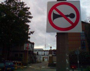 Buzina deve ser usada apenas para alertar motoristas e pedestres | Foto: weegeebored via Visualhunt.com / CC BY-ND Abusar da buzina