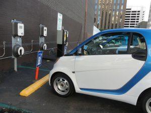 Apesar dos números aumentarem, Brasil ainda carece de pontos de recarga para carros elétricos | Foto: Pixabay