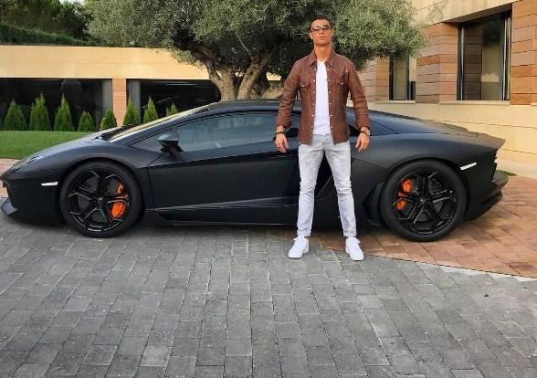 Após nove anos, CR7 deixa o Real Madrid e assina com a Juventus; confira a garagem do craque
