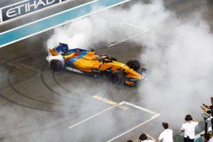 Coadjuvante na corrida, Alonso se despediu da categoria fazendo zerinhos com sua McLaren; Hamilton e Vettel acompanharam o bicampeão |Foto: Divulgação/Fotos Públicas/LAT Images/ Pirelli