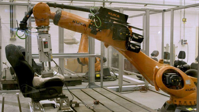 Robô da Ford simula suor para testar durabilidade dos bancos