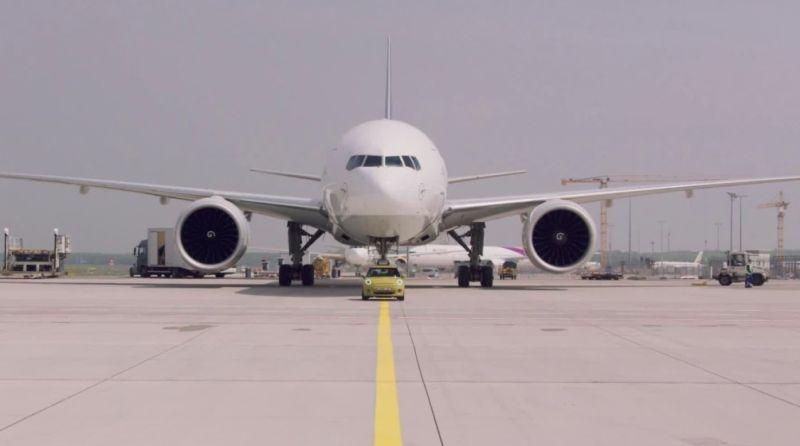 MINI Cooper elétrico reboca avião de 150 toneladas