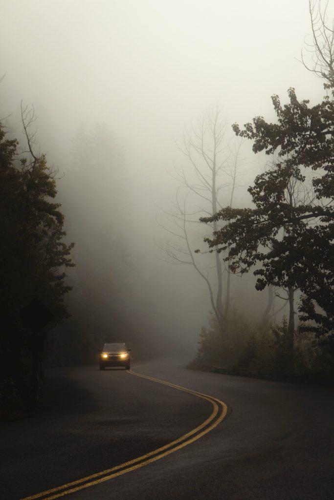 Cuidados ao dirigir com a neblina nas estradas