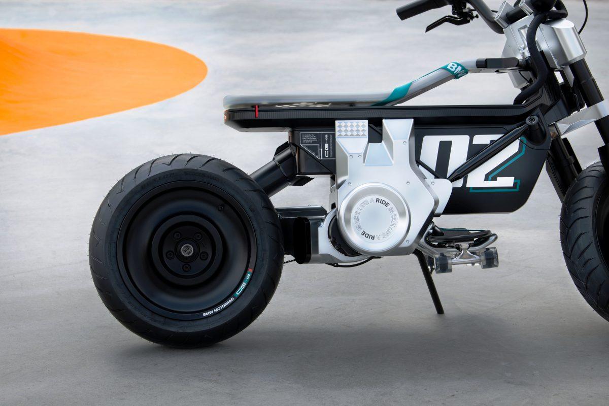 salão de munique 2021 traz BMW Concept CE 02 reserva espaço que acomoda até um skate