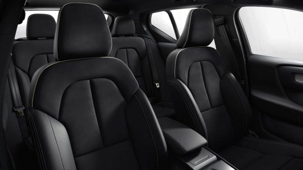 O interior espaçoso do XC40 Recharge é capaz de acomodar muito bem tanto você quanto a pessoa escolhida para compartilhar desse conforto