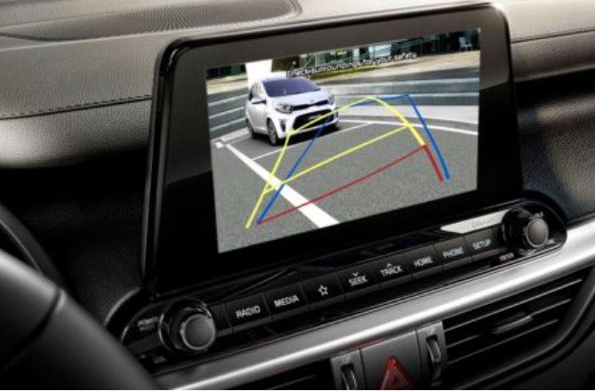 Kia Cerato 2022 traz outros itens de conforto: ar-condicionado automático DualZone, banco do motorista com ajustes de inclinação