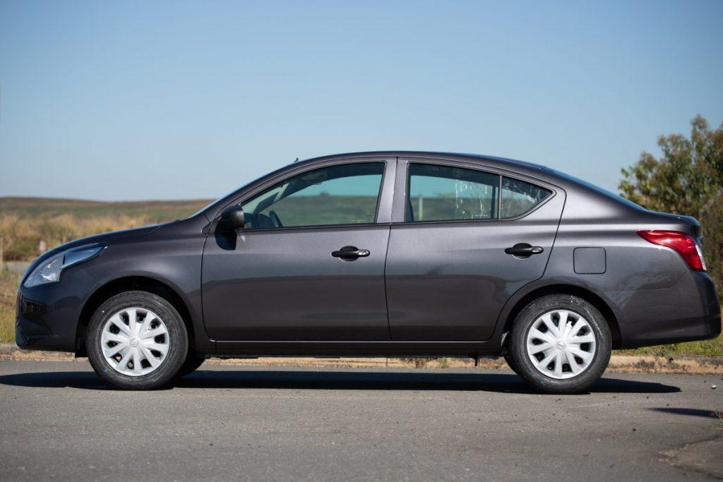 O sedã compacto Nissan V-Drive deixa a linha de produção da marca