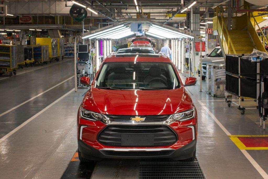 Já a Chevrolet Tracker, emplacou 28.667 unidades entre os meses de janeiro e agosto de 2021. Dessa forma, o SUV se posiciona em 14º no ranking dos veículos mais vendidos no ano. Em sua categoria de SUV compacto, a Tracker se posiciona em quarto lugar, atrás do Jeep Renegade, Hyundai Creta e Volkswagen T-Cross.