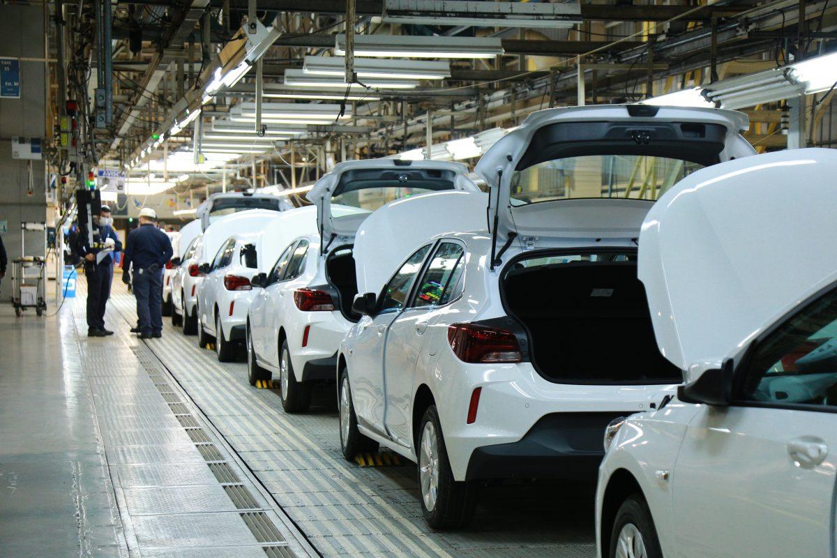 GM dobra a produção do Onix e Tracker