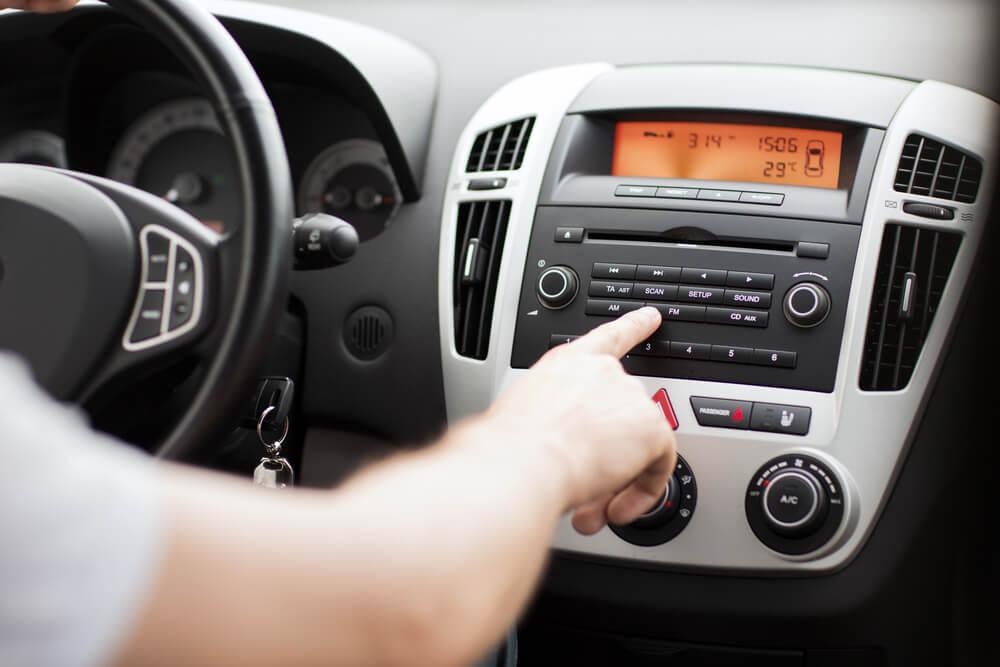 é proibido usar equipamentos de som automotivo com ruídos audíveis do lado de fora do carro ou do veículo