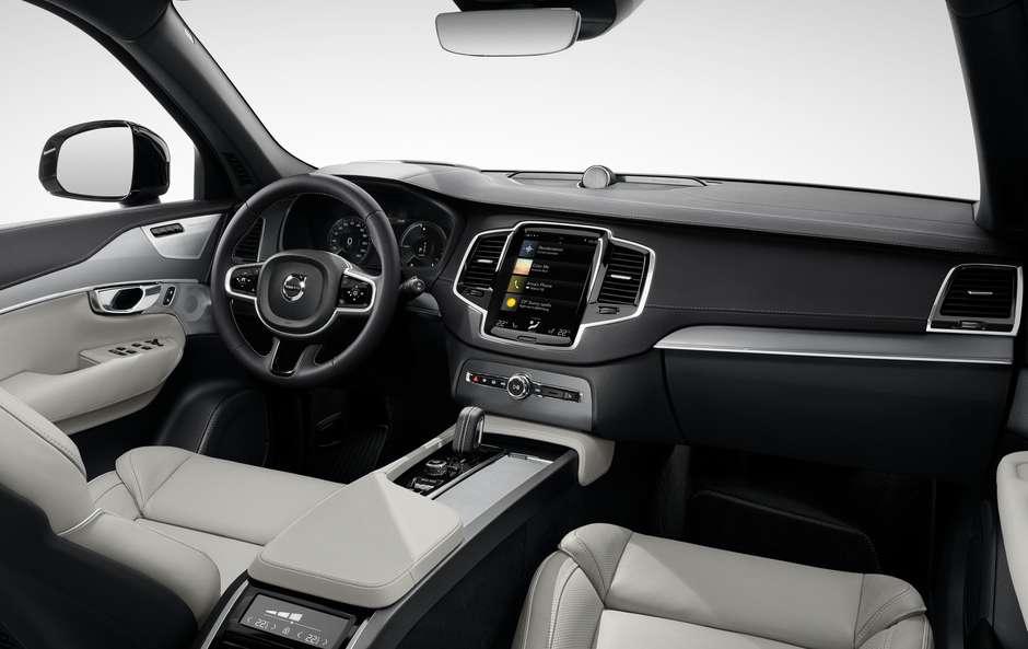 As novidades não param de chegar ao mercado de SUVs. Na última terça-feira (31/08), a Volvo lançou no Brasil a linha 2022 de seu maior utilitário esportivo à venda. Estamos falando do Volvo XC90 2022. Apesar de discretas, as novidades podem melhorar a experiência dos ocupantes da cabine. Volvo XC90 2022 ganha purificador e custa a partir de R$ 469 mil Este é um dos jipes mais sofisticados do mercado brasileiro. E também um dos mais eficientes. O XC90 Recharge é um dos modelos Plug-In Hybrid da montadora sueca. Vale lembrar que no Brasil, a marca só vende carros deste tipo. Ele está posicionado acima do XC40 e do XC60. As novidades da linha 2022 podem ser vistas em todos os detalhes. Começando pela gama de versões. A opção de entrada passou a ser chamada de Inscription Expression. Ela está custando R$ 469.950. Já as duas restantes continuam as mesmas. O modelo intermediário é o Inscription (R$ 524.950). Enquanto isso, a versão top de linha é a R-Design (R$ 539.950). O lado exterior também foi afetado. As novidades apresentadas mostram que as configurações de acabamento se diferem não só nos equipamentos de série. O XC90 Recharge Inscription Expression, por exemplo, traz detalhes cromados do lado de fora. Já os outros dois modelos receberam de presente para-choque sem saídas de escapamento (na cor Pine Grey). Isso tem muito a ver com o futuro da marca. Em 2030. ela pretende não vender carros a combustão. O Volvo XC90 faz parte de um nicho bastante disputado. Ele concorre com outros SUVs premium, como o Audi Q7. Um de seus atributos se mantém intacto. Estamos falando do porte imponente. Afinal, este carro tem 4.950 mm de comprimento, 1.923 mm de largura e 1.776 mm de altura. Interior Este é um carro ideal para quem quer encontrar conforto e sofisticação. Afinal, o Volvo XC90 2022 tem um entre-eixos de 2.984 mm. Seu porta malas pode variar entre 314 litros (com sete lugares) e 500 litros (com cinco lugares). E os donos podem encontrar novos itens. Para o modelo 2022, a 