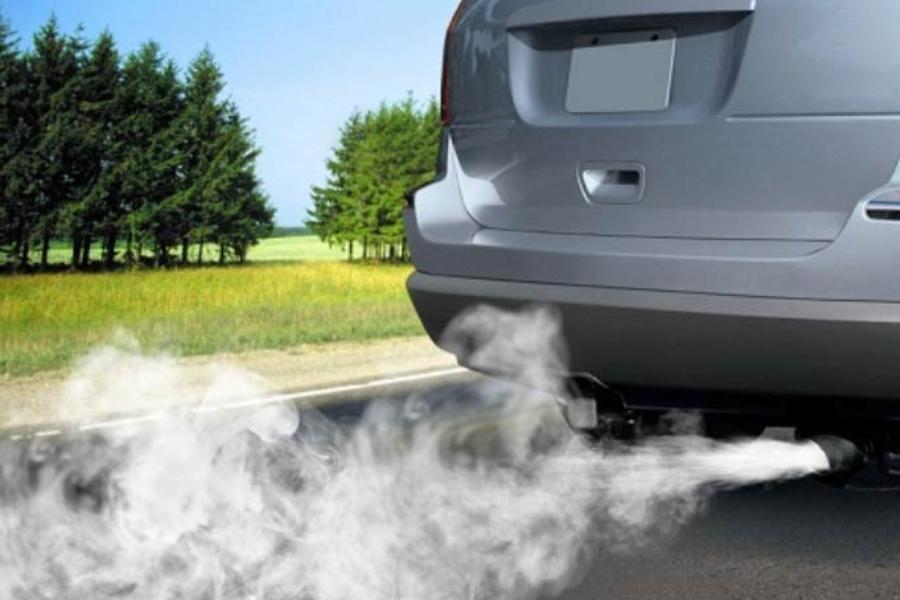 Quando há fumaça branca saindo pelo escape do carro, em geral, a indicação é de queima do fluido de freio.