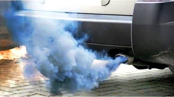 Fumaça cinza azulada saindo do escapamento do carroé mais comum do que imaginamos
